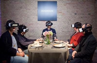 Brille aufsetzen und in eine andere Welt – Virtual Reality Brillen machen's möglich. (Foto von re:publica unter einer CC BY 2.0 Lizenz)